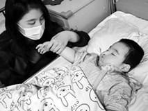 Bị người tình của mẹ trói tay chân, treo ngược 30 phút, bé gái bị hôn mê hơn 1 năm trời