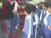 """Chú ruột xách cổ, thẳng tay ném cháu gái đập mặt vào kệ sắt siêu thị để """"dạy dỗ"""" chỉ vì..."""