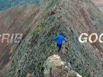 Chàng trai mạo hiểm chạy nhảy trên đỉnh núi gần 1000 mét