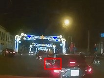 Video: Chạy SH vượt đèn đỏ, dùng chân đạp vào nắp capô ô tô để giành đường