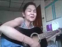 Cụ bà vừa gảy guitar vừa hát 'chất lừ'