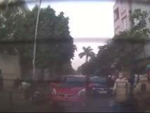 Mở cửa ô tô bất cẩn khiến người đi xe máy ngã lăn ra đường