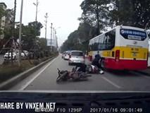 Clip: Người phụ nữ bám sát sườn xe, thoát chết sau khi trượt theo xe buýt đang chạy