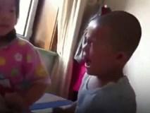 """Chị gái đánh em trai """"như bổ củi"""" và câu chuyện đằng sau đó sẽ khiến bạn bất ngờ"""