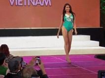 Lệ Hằng gặp sự cố, suýt té khi trình diễn bikini tại Hoa hậu Hoàn vũ 2016