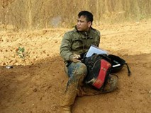 Tâm sự cảm động của thầy giáo lấm lem bùn đất khi đến trường
