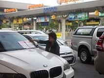"""Khóa bánh xe sang BMW """"chây ì"""" trong sân bay Tân Sơn Nhất"""