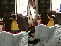 Bé gái Nhật trở thành hiện tượng mạng xã hội sau khi hắt xì hơi mạnh đến nỗi... ngã lăn ra đất