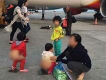 Người mẹ hồn nhiên cho 2 bé gái đi vệ sinh ngay giữa đường băng máy bay