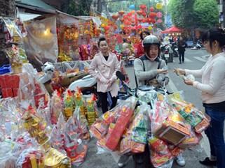 Người dân tấp nập mua sắm đồ lễ cúng Táo quân