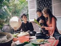 Con trai Khánh Thi, Phan Hiển cười 'tít mắt' khi được gói bánh tét cùng bố mẹ