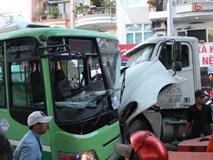 Xe container cắm chặt vào xe buýt, nhiều người bị thương