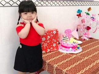 Bé gái 3 tuổi bị mẹ phạt quỳ đốn tim dân mạng vì màn nhận lỗi cực đáng yêu