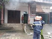 Thắp hương cúng ông Táo, nhà 2 tầng bốc cháy