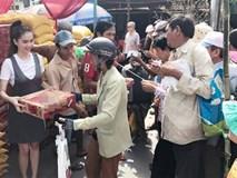 Tạm gác bán sim, bán nhà, Ngọc Trinh âm thầm về quê phát 16 tấn gạo cho người nghèo