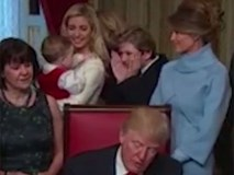 Cậu út nhà Donald Trump lại một lần nữa khiến cư dân mạng dậy sóng bởi hành động vô cùng đáng yêu