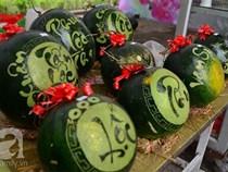 Dưa hấu, dừa tươi khắc hình gà giá gấp 6 lần vẫn được ưa chuộng mua về trưng Tết