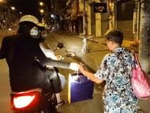 Hà Hồ đi xe máy phát quà cho người vô gia cư lúc nửa đêm