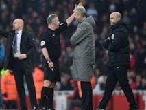 HLV Wenger đẩy trọng tài khi bị đuổi khỏi sân