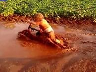 Video: Với tụi trẻ con, niềm vui hân hoan đôi khi chỉ là từ một vũng bùn