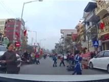 Clip: Phanh gấp tránh nhóm học sinh đi bộ sang đường, cô gái đi xe đạp điện ngã sấp mặt