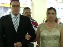 Khoảnh khắc sát thủ đi ngay sau cô dâu chú rể chỉ ít giây trước khi nổ súng trong đám cưới