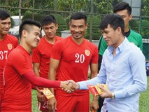 Chủ tịch CLB TPHCM Lê Công Vinh lì xì năm mới cho các cầu thủ