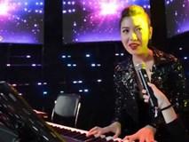 Á hậu Thúy Vân gây bất ngờ khi vừa đàn vừa hát hit 'Lạc trôi'