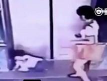 Mẹ tung chân cứu con gái 3 tuổi nhanh như điện giật