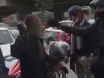 Nữ phượt thủ dùng gạch đe dọa tài xế taxi sau khi va chạm