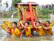 Kiệu bị lật suýt chìm khi lội ao trong lễ rước