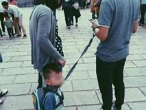 """""""Bố sẽ dắt con đi khắp thế gian"""" - bức ảnh gây bão cộng đồng mạng những ngày này"""