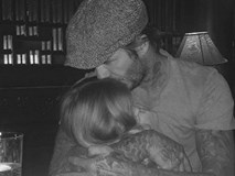David Beckham ôm chặt con gái Harper giữa scandal 'làm từ thiện giả tạo'