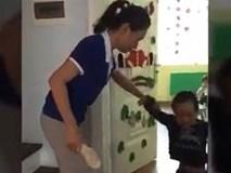 Cô giáo mầm non dùng dép đánh vào đầu trẻ
