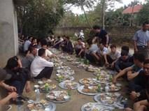 Ăn cỗ mỗi người một mâm, ngồi dọc đường làng mới là 'chất nhất Vịnh Bắc Bộ'