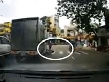 Người phụ nữ bị xe tải đâm ngã vì sang đường không quan sát