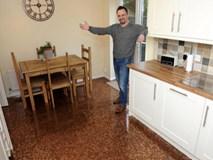 """Sàn nhà bếp """"độc"""" chưa từng thấy lát bằng 27.000 đồng xu"""