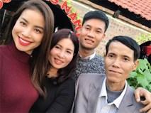 Phạm Hương tươi rói bên bố mẹ và em trai khi đi chơi đầu xuân
