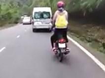 Nữ phượt thủ đứng lên xe máy khi đổ đèo Bảo Lộc