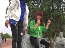 Hai cô gái trẻ ngồi lên tượng phật để tạo dáng chụp ảnh khiến nhiều người phẫn nộ