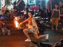 Clip: Nữ du khách ngoại quốc xinh đẹp trổ tài phun lửa như diễn viên xiếc ở phố Tây Sài Gòn