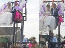 Đám cưới thót tim nhất: Cô dâu, chú rể ngồi vắt vẻo trên xe nâng cao quá mái nhà
