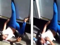"""""""Nữ quái"""" hành nghề 2 ngón bị """"treo chân"""" trên cửa xe buýt"""