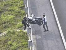 Clip: Hai thanh niên chật vật bê xe máy vì đi nhầm vào đường cao tốc Hà Nội - Hải Phòng