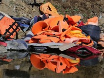 """Vì những chiếc áo phao """"giết người"""", hàng trăm dân di cư chết đuối trên biển"""