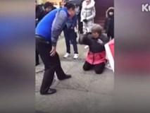 Con đánh mẹ già đang quỳ giữa đường khiến dư luận bức xúc