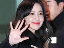 Yoona rạng rỡ tươi cười vẫy chào fan Việt dù đã quá nửa đêm