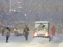 Bão tuyết phủ trắng xóa New York, ít nhất một người chết