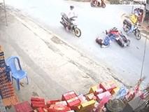 Clip: Tông trúng xe chạy ngược chiều, người phụ nữ ngã ra đường và suýt bị chiếc xe khác chèn qua người