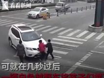 Clip gây sốc: Nữ tài xế đã 8 lần gây tai nạn đâm trúng 2 đứa trẻ rồi bỏ đi